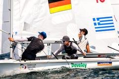 在2017个人的470世界冠军期间,运动员在行动乘快艇 图库摄影