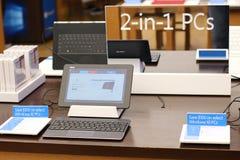 2在1个人计算机的便携式计算机有窗口的10 免版税库存图片
