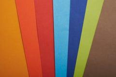 在整个屏幕的彩虹色纸 免版税库存照片