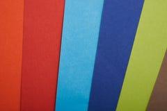 在整个屏幕的彩虹色纸 免版税库存图片