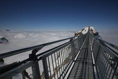 在2个山峰, SWIZTERLAND之间的桥梁 免版税库存照片