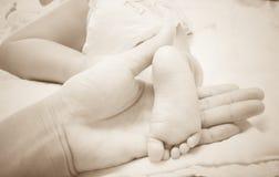 在7个月武装父亲和腿小女儿 库存图片