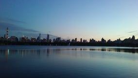 在从中央公园看见的中间地区和上部西侧大厦后的日落在曼哈顿,纽约, NY 免版税库存图片