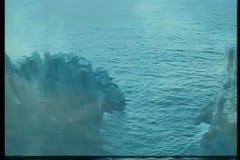 在水中强有力地投掷的刀鞘的匕首 股票视频