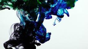 在水中的五颜六色的油漆墨水下落飞溅在水池 影视素材