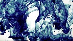 在水中的抽象五颜六色的墨水 股票视频