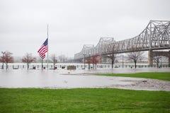 在洪水中间的旗子 库存图片