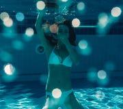 在水之下的女孩 图库摄影