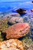 在水之下的岩石 图库摄影