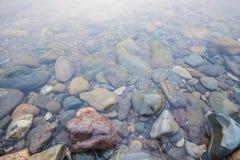 在水之下的岩石 库存图片