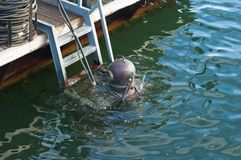 在水之下的潜水员倾没 免版税库存照片