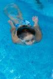 在水之下的男孩游泳 图库摄影