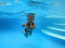 在水之下的男孩 库存图片