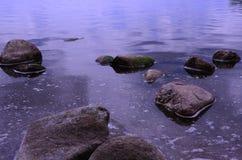在水之下的石头 免版税图库摄影