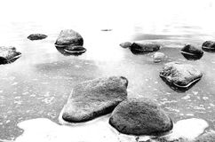 在水之下的石头 免版税库存图片