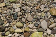 在水之下的石头 免版税库存照片