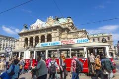 在维也纳国家歌剧院房子前面的人们 库存图片