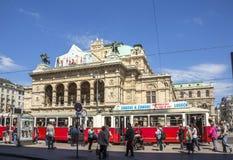 在维也纳国家歌剧院房子前面的人们 库存照片