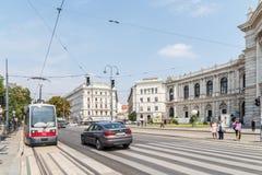 在维也纳市街市街道上的高峰时间交通  免版税库存图片