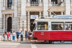 在维也纳市街市街道上的高峰时间交通  库存图片