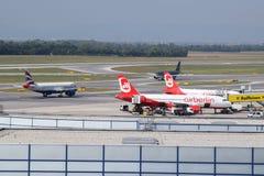在维也纳机场的察觉和英国航空公司a321,在美丽的射击的约旦皇家航空a320和柏林航空a320 免版税图库摄影