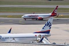 在维也纳机场的柏林航空737-800 库存照片