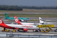 在维也纳机场的飞机察觉与爱尔兰航空a320,柏林航空a320和finnair a319 免版税图库摄影
