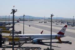 在维也纳机场的终端察觉和奥地利航空在门的波音767-300er和波音777-200lr 免版税库存照片