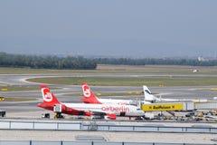 在维也纳机场的终端察觉和柏林航空空中客车A320和芬兰航空公司在美丽的射击的巴西航空工业公司erj190 免版税库存照片
