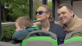 在维也纳,奥地利在一辆开放公共汽车上乘坐与一个小儿子的一个年轻家庭 股票视频