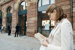 在购买正新的iPhone以后7的愉快的顾客 免版税库存照片