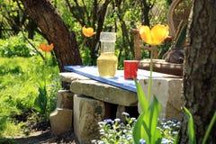 在从事园艺的活动期间,放松。 免版税库存图片