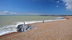 在2016年五颜六色的海滩有码头的海斯廷斯对公众重建了并且打开在背景和蓝天中与好的云彩 免版税库存图片