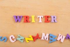 在从五颜六色的abc字母表块木信件组成的木背景,广告文本的拷贝空间的作家词 免版税库存图片