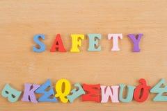 在从五颜六色的abc字母表块木信件组成的木背景,广告文本的拷贝空间的安全词 库存图片