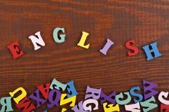 在从五颜六色的abc字母表块木信件组成的木背景,广告文本的拷贝空间的英国词 免版税库存照片
