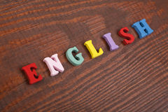 在从五颜六色的abc字母表块木信件组成的木背景,广告文本的拷贝空间的英国词 图库摄影