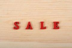 在从五颜六色的abc字母表块木信件组成的木背景,广告文本的拷贝空间的销售词 免版税库存照片