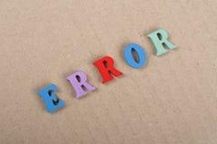 在从五颜六色的abc字母表块木信件组成的纸背景,广告文本的拷贝空间的错误词 免版税库存照片
