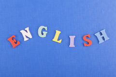 在从五颜六色的abc字母表块木信件组成的蓝色背景,广告文本的拷贝空间的英国词 免版税库存图片