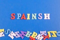 在从五颜六色的abc字母表块木信件组成的蓝色背景,广告文本的拷贝空间的Spainsh词 免版税库存照片
