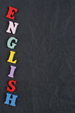 在从五颜六色的abc字母表块木信件组成的黑委员会背景,广告文本的拷贝空间的英国词 免版税库存图片