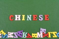在从五颜六色的abc字母表块木信件组成的绿色背景,广告文本的拷贝空间的中国词 免版税图库摄影