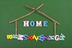 在从五颜六色的abc字母表块木信件组成的绿色背景,广告文本的拷贝空间的家庭词 了解 免版税库存图片