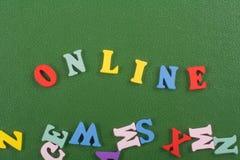 在从五颜六色的abc字母表块木信件组成的绿色背景,广告文本的拷贝空间的网上词 库存照片