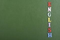 在从五颜六色的abc字母表块木信件组成的绿色背景,广告文本的拷贝空间的英国词 免版税图库摄影