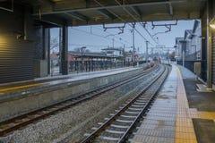 在轻井泽火车站的铁路轨道在晚上 库存照片