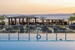 在死亡海的日落从在假日酒店死亡海,约旦的天际大阳台 免版税库存图片