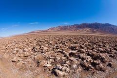 在死亡谷中间的肮脏的盐沙漠 免版税库存图片