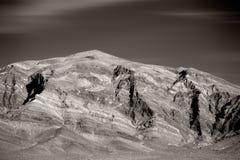 在死亡谷连接点附近的粗砺的山 库存照片
